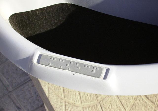 papelera recogida selectiva para reciclar mobiliario urbano con código braille
