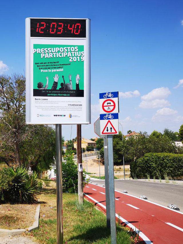 Mupi con reloj led mobiliario urbano para smart city
