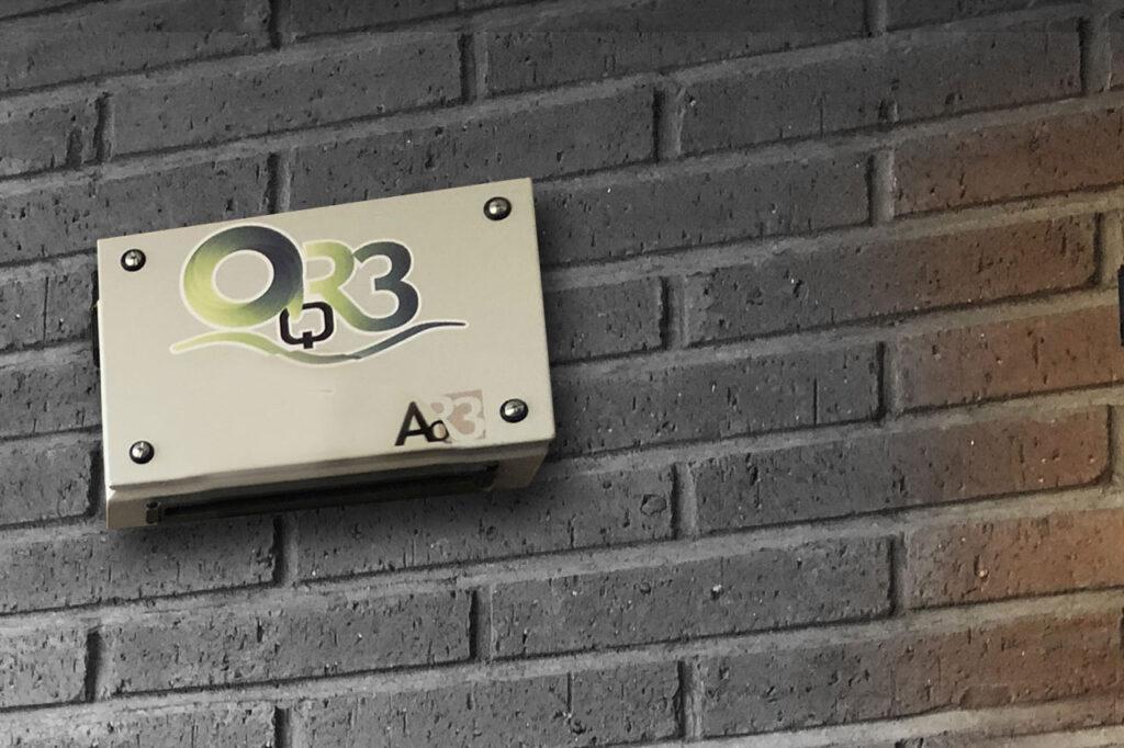 Analizador calidad aire mobiliario urbano smart city pared
